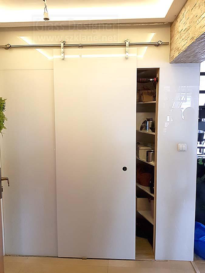 Drzwi Przesuwne Na Szklanej Białej ścianie System Rurowy