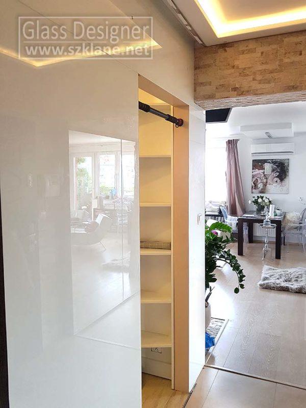 białe drzwi szklane; cegiełka w przedpokoju