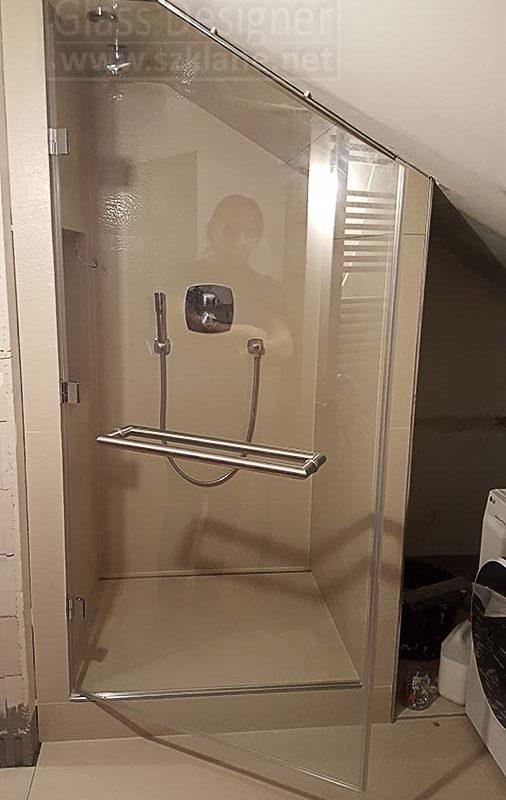 drzwi ze skosem; wnęka prysznicowa pod skosem