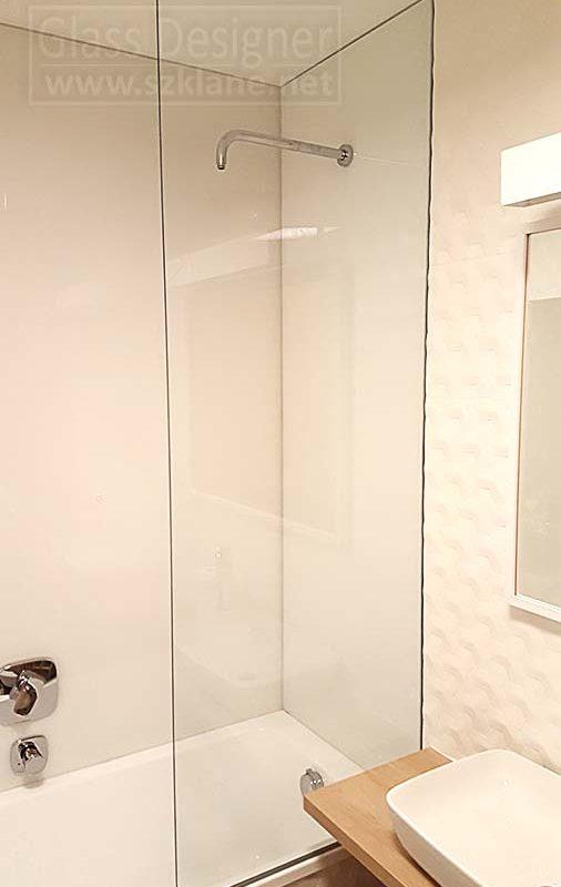 jasna łazienka z parawanem