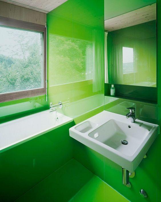 łazienka w zielonym panelu szklanym