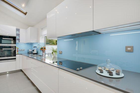 Niebieski Panel Szklany W Kuchni