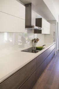 panel szklany biały lacobel; brązowe szuflady kuchnia;