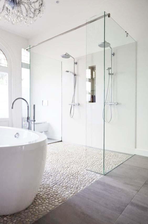 szklane ścianki; kamienie w łazience