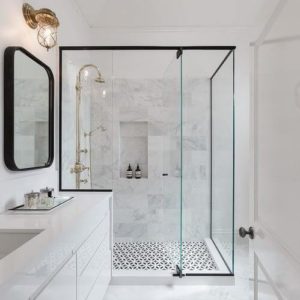 zabudowa prysznica z czarnymi profilami