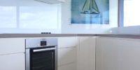 biały panel z grafiką łódka