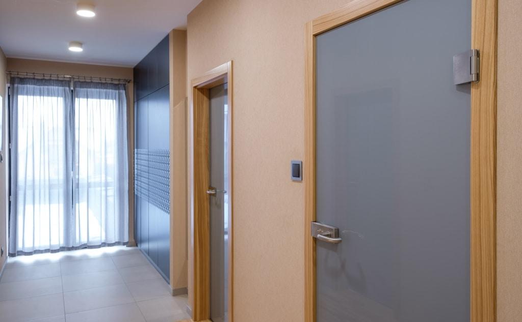 drzwi szklane w drewnianej ościeżnicy