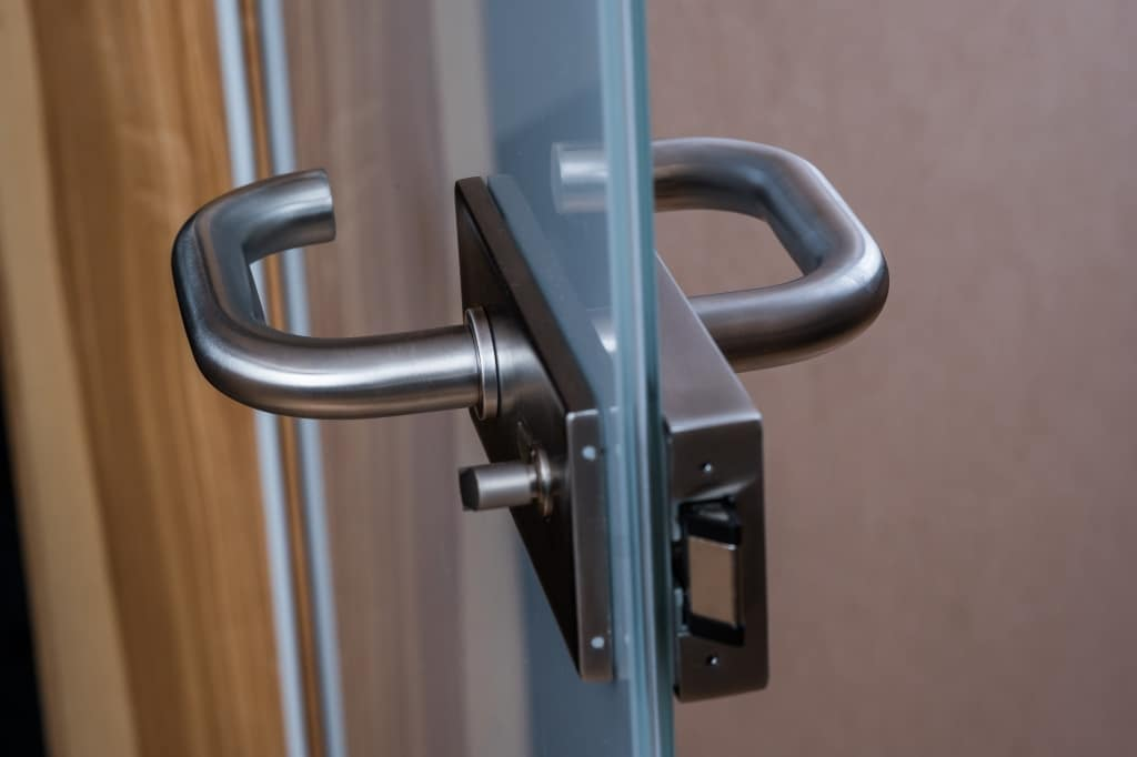 klamka z zamknięciem drzwi szklanych