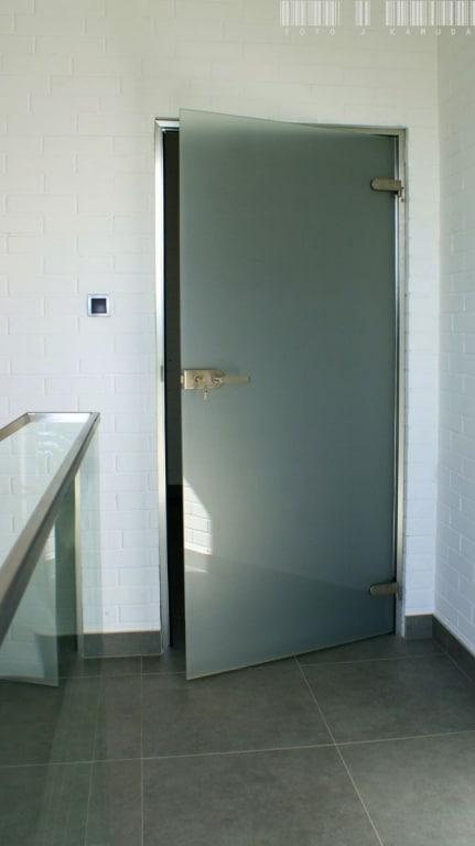 szklane drzwi w ościeżnicy