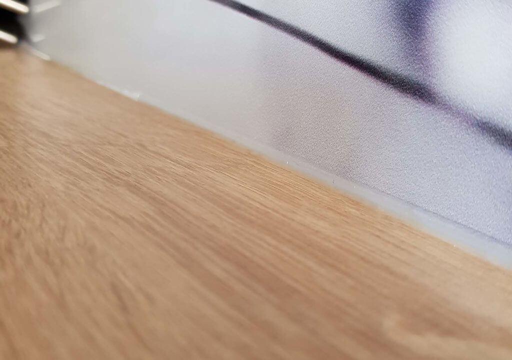 uszczelnianie panelu szklanego w kuchni