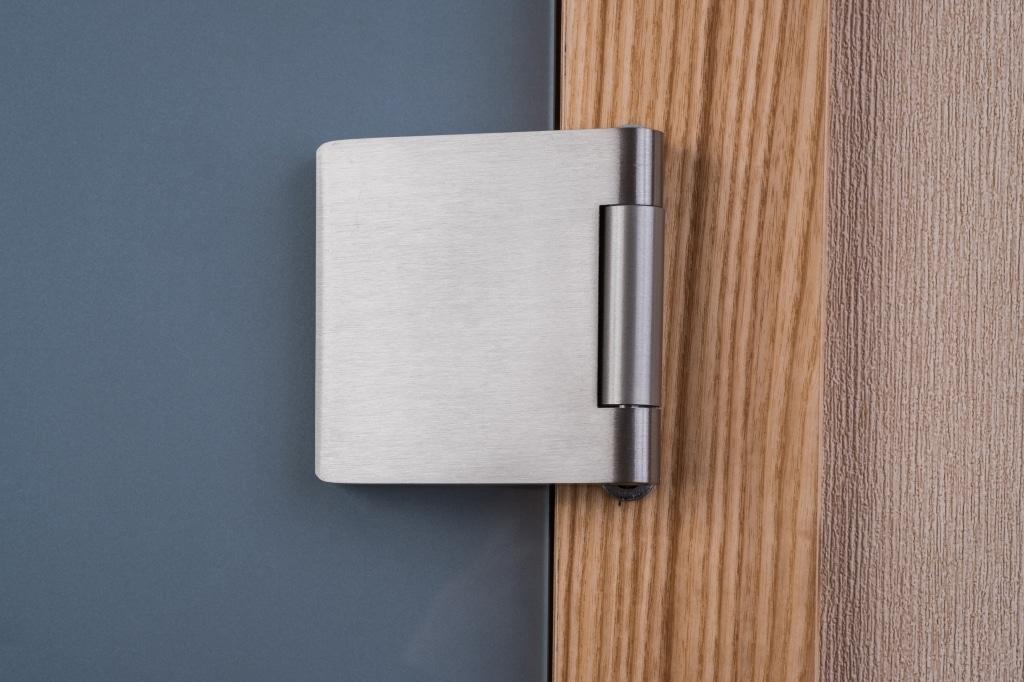 zawias drzwi szklanych w drewnianej framudze