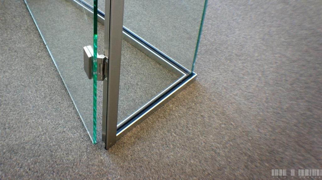zawiasy do drzwi szklanych w framudze