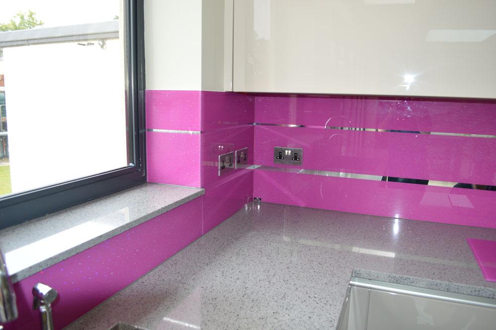 różowy panel szklany; kamienny blat