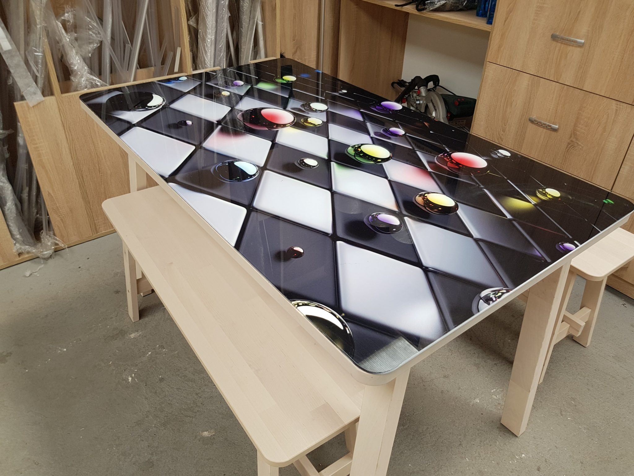 szachownica; stół; wzór szachownicy