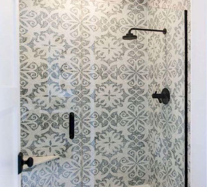 wzór w łazience na kaflach; siedzenie w kabinie; czarny prysznic